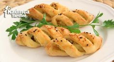 Potato Stuffed Pastries Recipe - These pastries with mashed potato filling are look pretty and also taste delicious. Easy snacks and appetizers for tea time Turkish Recipes, Ethnic Recipes, Pastry Recipes, Mediterranean Recipes, Easy Snacks, Pasta Salad, Tea Time, Mashed Potatoes, Macaroni And Cheese