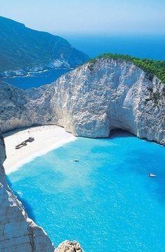 Zakynthos, Griechenland. Einer der schönsten Strände der Welt: Kristallklares Wasser von karibischem Blau und feinster weißer Sand zeichnen den Navgio Beach auf akynthos aus. Die Bucht ist nur per Ausflugsboot zu erreichen und daher selten überlaufen. Zakynthos ist die südlichste der größeren Ionischen Inseln.