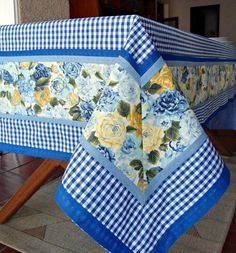 Toalha de Mesa Artesanal Azul Xadrez | Ateliê Pinta e Borda | Elo7 Sewing Hacks, Sewing Projects, Projects To Try, Yellow Cottage, Sewing Table, Table Toppers, Table Linens, Soft Furnishings, Tea Towels