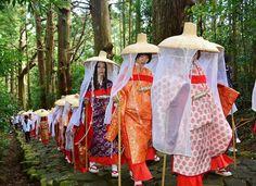 熊野古道の大門坂を歩く、平安時代の衣装をまとった女性たち =26日、和歌山県那智勝浦町