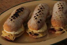 Sándwich tibio de queso gruyere, huevo, panceta y champignones
