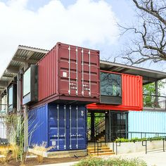 Bar in Texas designed with shipping containers //