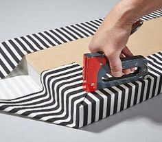 Um Falten zu vermeiden tackern Sie den Stoff zuerst mit der langen Seite an die Grundplatte der Sitzfläche, dann mit der kurzen Seite.