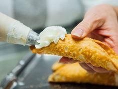Meilleurs cannoli montreal Cannoli, Hot Dog Buns, Hot Dogs, Cornbread, Voici, Ethnic Recipes, Bar, Food, Italian Desserts