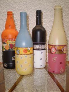 Garrafas de vidro pintadas e decoradas.  Valor unitário e não laváveis. R$ 32,00