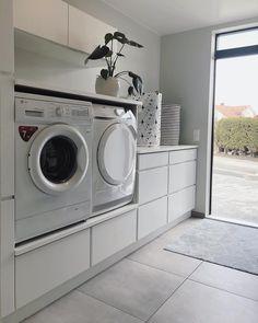 - New Ideas Lave-linge et sèche-linge surélevés :bonne idé. Washroom Design, Laundry Room Design, Laundry In Bathroom, Basement Laundry, Laundry Room Layouts, Laundry Room Organization, Laundry Room Inspiration, Small Room Bedroom, Inspired Homes