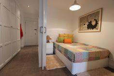 Habitación • Rehabilitado. Dormitorio independizable a través de puertas correderas. El cabecero, de madera de pino machihembrada hace el espacio más acogedor. El canapé permite guardar aquellos bultos más voluminosos como edredones.