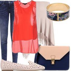 Jeans in denim blu, top color fragola con fondo asimmetrico, mantella color corda, scarpa bassa traforata, borsa bicolore, bracciale in smalto con decorazione floreale.