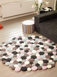 Läuft nicht nur wie am Schnürchen, man läuft auf gehäkelten Schnürchen! Die werden zu Schnecken gedreht, zum Teppich zusammengenäht - und schon wird es behaglich unter den Füssen!