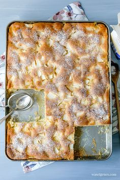 Ruck Zuck Apfelkuchen vom Blech. Saftige Apfelstücke treffen auf cremigen Rührteig. Dessert Recipes For Kids, Easy Baking Recipes, Easy Dinner Recipes, Easy Meals, Cooking Recipes, Gateaux Cake, Rustic Chandelier, Chandeliers, Food For A Crowd