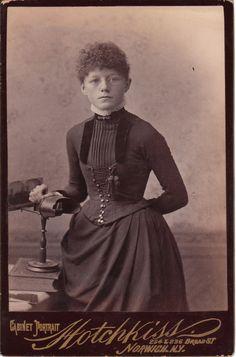 Photographie d'une jeune fille à lunettes (Sema Sage, 12 ans) devant un stéréoscope, Norwich, New-York (1887)