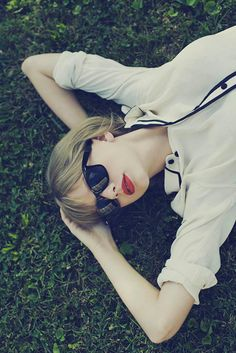 looking at the clouds- Ooh! look! it's- it's- Taylor Swift!