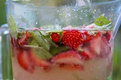 Hämmentäjä: Maailman paras kesäjuoma ja muita mökkiherkkuja. Mansikkaa, seljankukkaa, chiliä ja minttua. World's best summer drink. Strawberries, elderflower, chili and mint.
