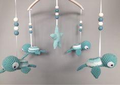 Mobiel met schildpadjes leuk voor op de babykamer. Perfect kraamcadeau om te haken.
