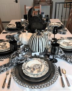 Halloween 2020 Stills 905 Best Halloween Tablescapes images in 2020 | Scary halloween