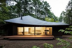 Completed in 2018 in Karuizawa, Japan. Images by Norihito Yamauchi. The villa is located in a forest in Karuizawa, Nagano prefecture of Japan. The privately owned villa is designed to accommodate the owners and their. Karuizawa, Villa, Japan Design, Japanese House, Japanese Home Design, Mid Century House, House In The Woods, Exterior Design, Roof Design