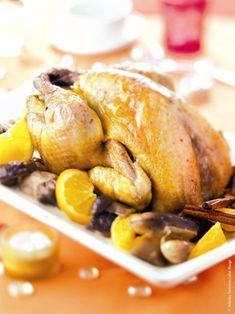 Une recette de chapon de Noël rôti aux cèpes et parfumée à l'orange. Label Rouge, Jus D'orange, Pretzel Bites, Special Occasion, Tables, Turkey, Dinner, Cooker Recipes, Poultry