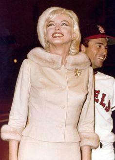 Marilyn Monroe asiste a un partido de béisbol de los beneficios para la distrofia muscular en su 36 cumpleaños, 1962.