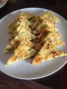 Das perfekte Käse-Schinken-Ecken-Rezept mit Bild und einfacher Schritt-für-Schritt-Anleitung: Die Blätterteigrolle auf einem mit Backpapier ausgelegten…