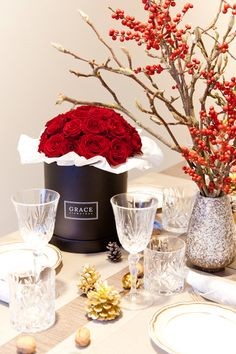 GRACE Classic  -  fresh roses in red with a black Flowerbox