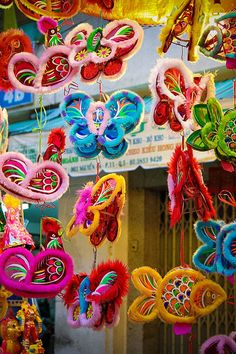 The kind of lanterns that we grew up with Chinese Celebrations, Chinese New Year, Chinese Holidays, Chinese Crafts, Chinese Festival, Chinese Style, Chinese Art, Arts And Crafts, Paper Crafts