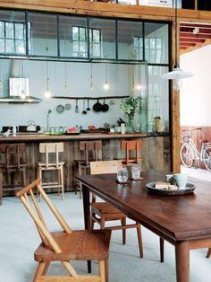 【ELLE DECOR】ナチュラルムード満点のキッチン&ダイニング|木製のアイテムで、ナチュラルな手触りをプラス|