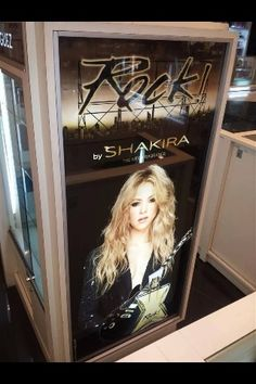 "• Poster do perfume ""Rock! by Shakira"" em um shopping de Barcelona. • Promotional poster for Shakira's new fragrance ""Rock! by Shakira"" at a mall in Barcelona. • Pancarta de la fragancia ""Rock! by Shakira"" en un shopping de Barcelona."