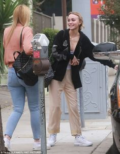 Ladies who lunch: Yoga Hosers co-stars Lily-Rose Depp and Harley Quinn Smith were busy making up for lost time as they caught up over a relaxed lunch in Studio City on Saturday Lily Rose Depp Style, Lily Rose Melody Depp, Harley Quinn Smith, Lily Depp, Summer Outfits, Cute Outfits, Outfit Look, Models Off Duty, Street Style