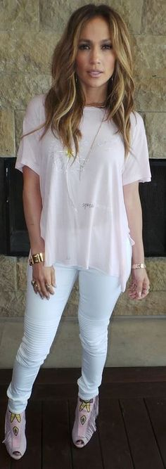 Who made  Jennifer Lopez's gold jewelry, print tee, and pink fringe boots?
