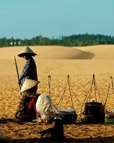 Street Merchants at the Sand Dunes of Mui Ne, Vietnam Mekong Delta Vietnam, Vietnam Map, Dalat Vietnam, Vietnam Tours, Vietnam Travel, Vietnam Holidays, Mui Ne, Da Nang, Culture Travel