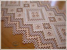 """El tapete """"cruces amigas"""" bordado en hardanger que comenzamos por el mes de abril un grupo de amigas ( Ana , Anna , Blanca , Rosa , Chary ,..."""