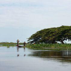 Hombres navegando los llanos inundados de