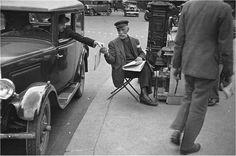 Paris 1936.Un vendeur de journaux. Photo de René Giton, dit René-Jacques © RMN