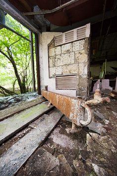 Abandoned apartment building in eastern Redland - http://lumovoima.fi/sz10558/