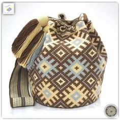 19 отметок «Нравится», 1 комментариев — Wayuu Bags &Bikini etc. (@wayuukiss) в Instagram: «Wayuu bag single thread ⭕️Sold out⭕️ •ฐาน 8นิ้ว สูง 10.5 นิ้ว •สายยาว 100 cm. •ฟรี Ems…» Tapestry Bag, Tapestry Crochet, Crochet Handbags, Crochet Purses, Tunisian Crochet, Knit Crochet, Native American Blanket, Inkle Weaving, Boho Bags