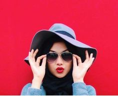 Hat and hijab combination is modern fashionary idea for trendy girls. Hijab fashion is peek in these Hijab Mode Inspiration, Islamic Fashion, Muslim Fashion, Girl Hijab, Hijab Outfit, Muslim Girls, Muslim Women, Beau Hijab, Hashtag Hijab