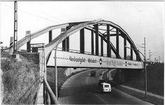 1971. augusztusban fényképeztem Miskolc-Hejőcsabán a Miskolc Tiszai pályaudvar - Miskolc, Vasgyár Lenin Kohászati Művek pályaudvar között közlekedő vonat vasúti felüljáróját a Csabavezér utca felett. Utca