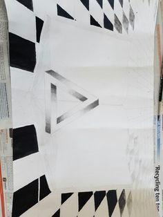 Dit is de vierde keer dat ik verder werk aan mijn tekening thuis. Vandaag ben ik weer verder gegaan met de tegels. ik ben wat verder gaan tekenen van de tegels en achteraan heb ik de tegels heel licht getekend. Die kleur heb ik gekregen door een heel klein beetje gris te mengen met water. Er is verder niks fout gegaan.
