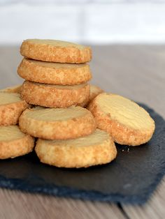 Highlander Shortbread recipe from Baking with Granny. Classic buttery Scottish shortbread rounds, with a delicious coating of demerara sugar. Biscuit Recipes Uk, Baking Recipes, Mary Berry Shortbread, Shortbread Cookies, Shortbread Scottish, Cookie Recipe Uk, Almond Meal Cookies, Scottish Recipes, British Baking