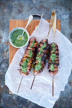 Søde kartofler på grillen med bacon og pesto. En vinder. - Madet Mere Deli Food, Snack Recipes, Healthy Recipes, Food Crush, Bacon, Food Cravings, I Love Food, Food Inspiration, Pesto