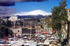 CATANIA, a fera do luni ed Etna sullo sfondo