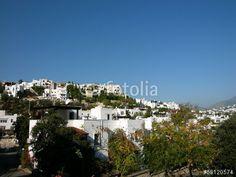 Weiße Häuser mit kleinen Gärten vor blauem Himmel in Bodrum am Mittelmeer in der Türkei