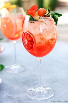 Find out how to make the best classic Italian Aperol Spritz cocktail with just a few simple ingredients like prosecco and orange, in this easy recipe. Italian Cocktails, Summer Cocktails, Summer Parties, Wine Parties, Pina Colada, Aperol Spritz Recipe, Vegan Spinach Artichoke Dip, Raspberry Cocktail, Food Plating
