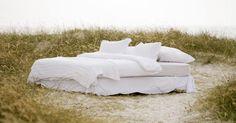 Cómo determinar la mejor orientación de la cama según el Feng Shui. Independientemente de que quieras sentirte más tranquilo, poderoso, relajado o bajo control, el arte del Feng Shui puede ayudarte a organizar tu dormitorio para tu bienestar y una buena apariencia de la habitación. El Feng Shui trabaja para equilibrar las energías de tu dormitorio a través de la ubicación planificada de los muebles para ayudarte a ...
