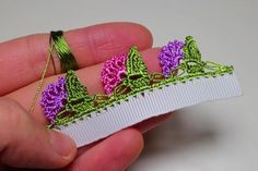 This Pin was discovered by Zeh Crochet Borders, Crochet Patterns, Embroidery Stitches, Hand Embroidery, Crochet Baby, Knit Crochet, Creative Embroidery, Knitted Poncho, Knitting Socks