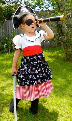 Herzlich Willkommen Sie auf meinen Girly Girl-Kreationen  Dieses niedliche Piraten-Outfit wird mit gedruckten und weiße Baumwollstoffe hergestellt. Es hat einen ausgestatteten Top mit linierten Mieder, elastische Ärmel, Hals-Rüsche verziert mit schwarzen Doppelte Falte Bias Tape. Die Rock hat zwei Schichten. Die obere Schicht erfolgt mit Schädel bedruckten Stoff in schwarz, rot und weiß. Die untere Schicht wird mit roten und weißen Streifen Stoff hergestellt. Extra breiter Gürtel Schärpe…