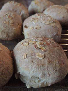 Jeg kan godt forstå hele den der hype omkring surdejsbrød, nu hvor jeg endelig har prøvet at bage med surdej selv. Brødet får en dejlig smag og hæver bare så flot! Jeg har derimod aldrig haft held …