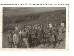 UNIEKE FOTO'S KAMP VUGHT OPGEDOKEN In totaal werden ruim 31.000 mensen tussen januari 1943 en september 1944 korte of langere tijd opgesloten in het kamp. Naast 12.000 joden zaten in Vught onder meer politieke gevangenen, verzetsstrijders, gijzelaars, Jehovah's Getuigen, zwervers, zwarthandelaren en criminelen.
