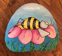 Bee on flower rock painting Rock Painting Patterns, Rock Painting Ideas Easy, Rock Painting Designs, Pebble Painting, Pebble Art, Stone Painting, Diy Painting, Rock Crafts, Stone Crafts