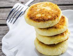 Clatite americane cu cascaval Mini Pancakes, Mini Quiches, Recipe In Grams, Parmesan, Muffin, Brunch, Cooking Recipes, Minis, Breakfast